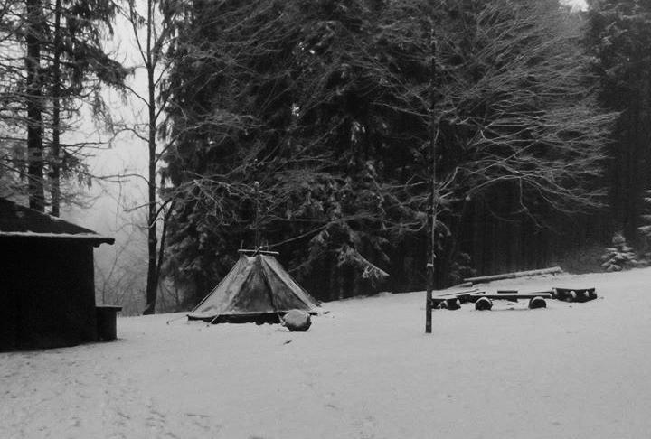 Kohte im Wald bei Schnee